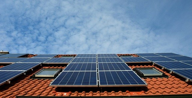 Les travaux de réfection entière de toiture ou qui affectent la solidité de l'immeuble sont des grosses réparations à la charge du propriétaire, le répartition des charges est claire sur ce point